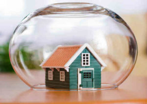 Страхование титула при покупке квартиры: от чего защищает, как оформить?