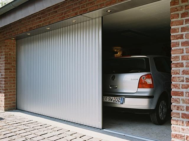 Какое расстояние должно быть от гаража до забора, разделяющего соседние участки?