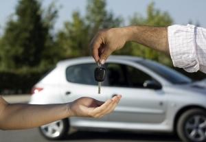 Как лучше подарить автомобиль дочери, где оформлять сделку?