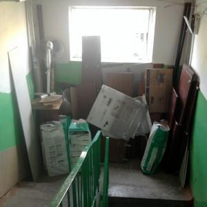 Проблемы многоквартирных домов: соседи захламили лестничную площадку. Что делать и как с этим бороться?