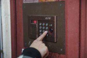 Как провести домофон в квартиру с наименьшими затратами времени и средств