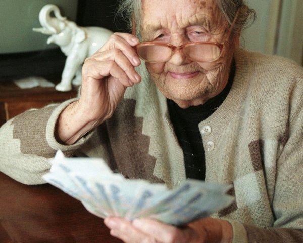 Льготы пенсионерам на оплату коммунальных услуг: подробное описание процесса их получения и перечень положенных послаблений в РФ